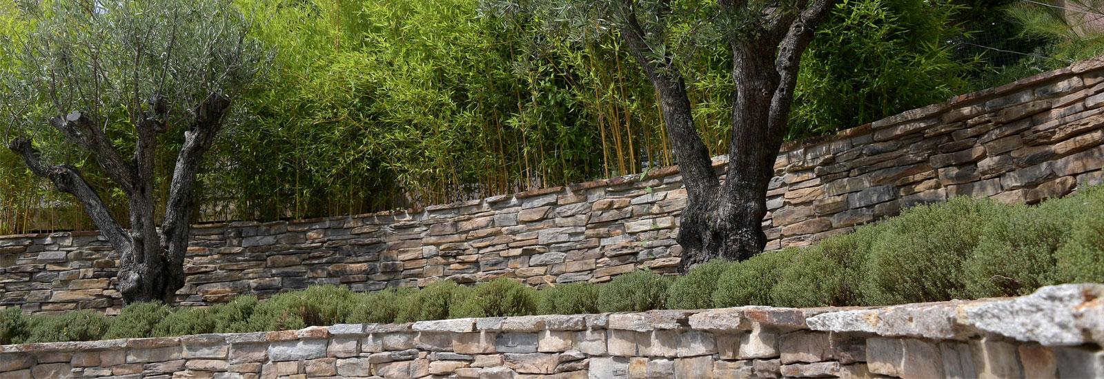 Maçonnerie paysagère avec muret en pierres naturelles et plantations