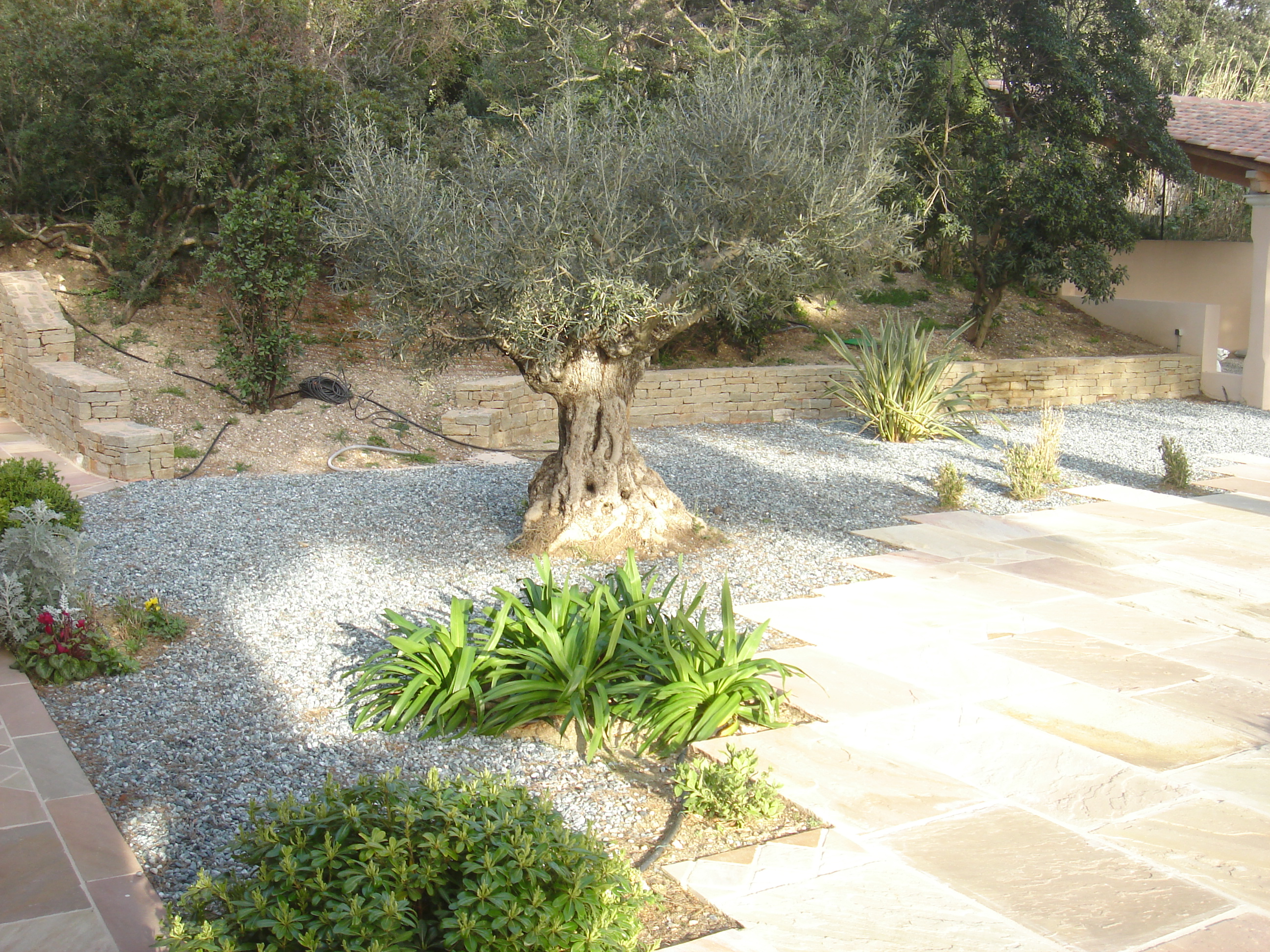 Allée en graviers et dalles pour décorer et faciliter l'accès au jardin