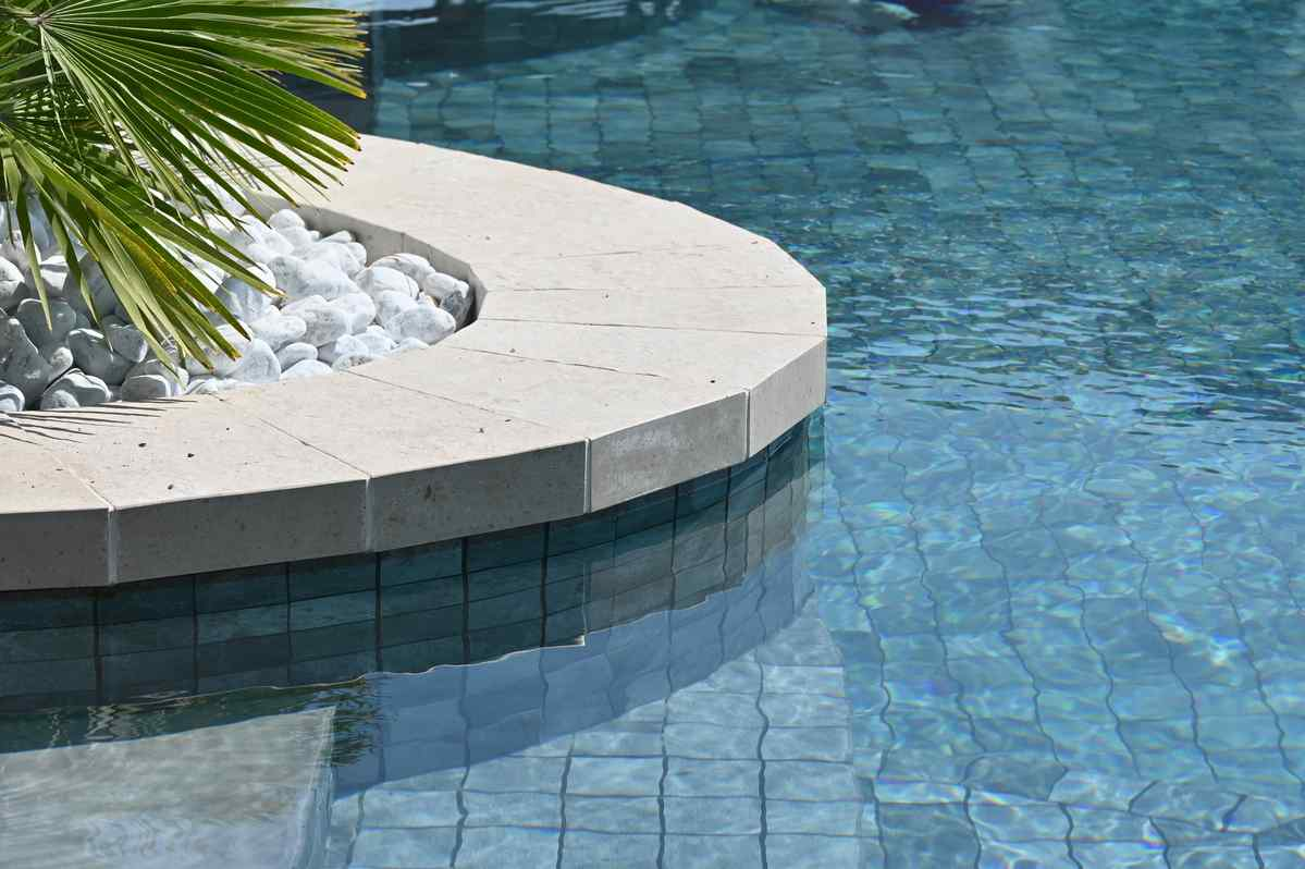 Une finition de qualité pour les bords de votre piscine